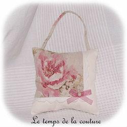coussin porte suspendu carre écru beige rose vert broderie feston dijon gien chatillon loire couture création décoration ameublement fait main le temps de la couture