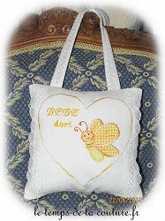 coussin porte carré blanc jaune orange papillon applique suspendre broderie brodé dijon gien chatillon loire couture création décoration ameublement fait main le temps de la couture