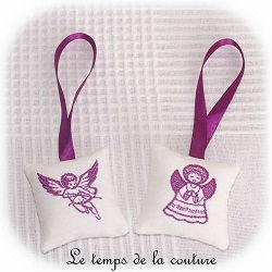 coussin porte suspendu carre blanc violet broderie ange angelot dijon gien chatillon loire couture création décoration ameublement fait main le temps de la couture